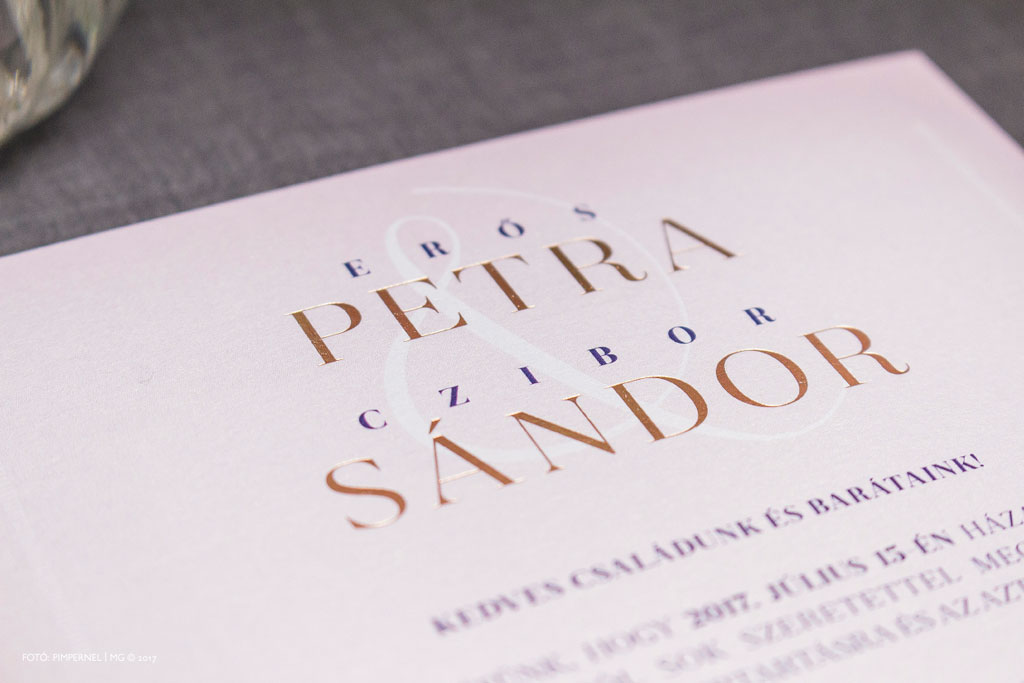 Petra és Sándor egyedi monogramos, bélelt borítékos rosegold fólianyomásos meghívója