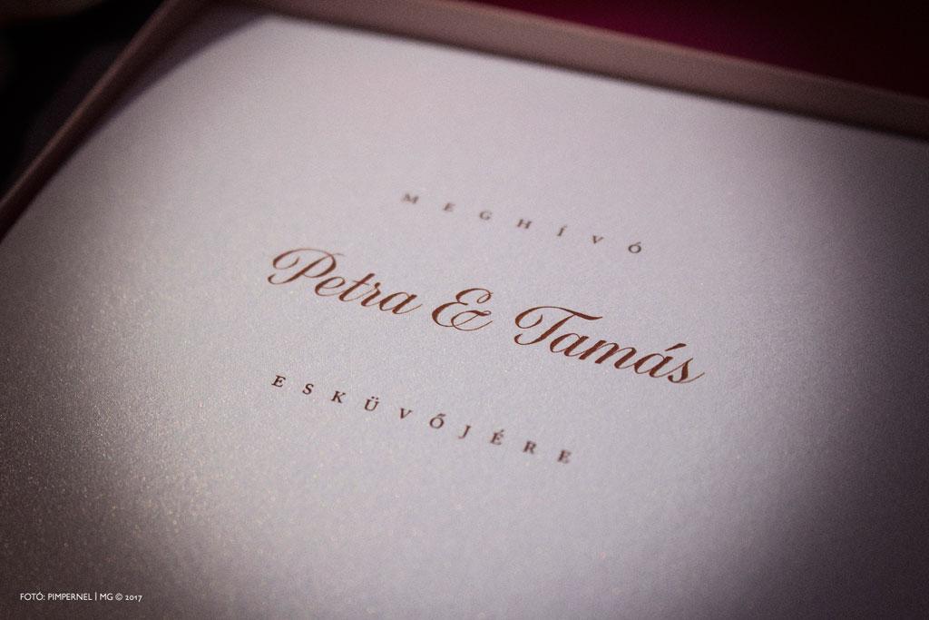 Petra és Tamás egyedi monogramos, rosegold fóliával nyomott, dobozos meghívója