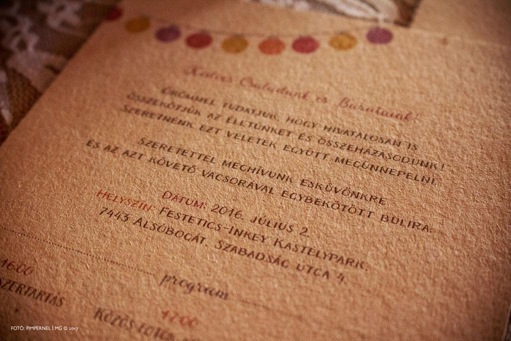 Zsuzsi és Miki egyedi, kraft papíros meghívója, aranyozott monogrammal