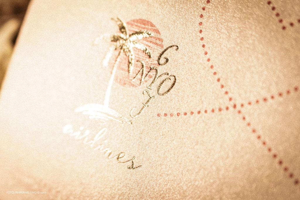 Orsi és János egyedi arany monogramos Wedding Airlines meghívója